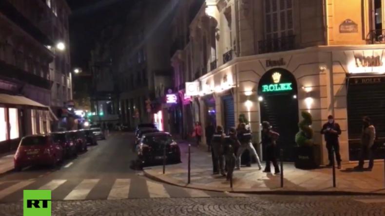Zivilisten fliehen in Paris kurz nach Terrorangriff.
