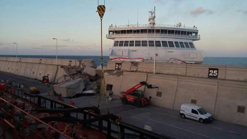 Fähre rammt Hafenmole auf Gran Canaria