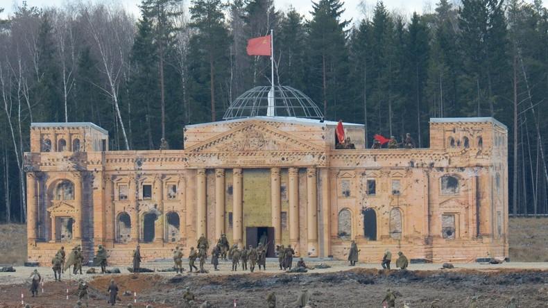 Nachgestellte Erstürmung des Reichstags versammelt in Freizeitpark bei Moskau 7.000 Zuschauer