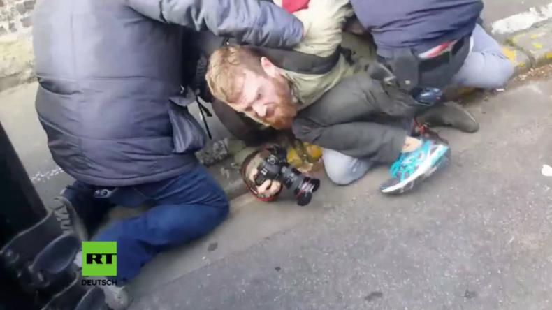 Fotograf wird von Le Pens Security festgenommen.