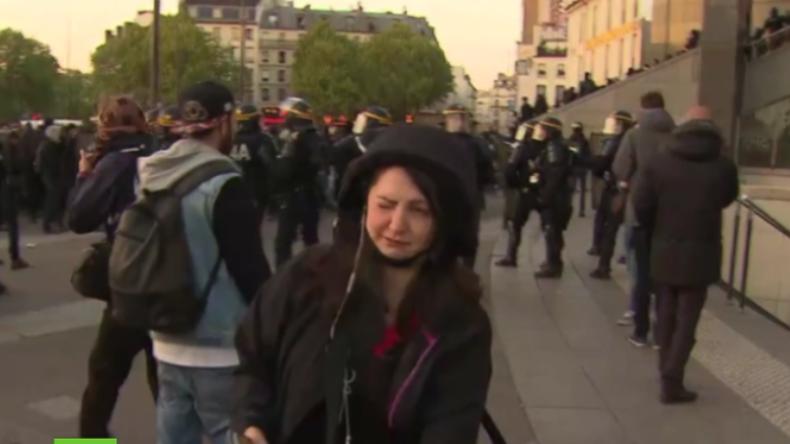RT-Korrespondentin bekommt bei Protest in Paris Tränengas ab.