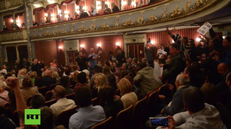 Protestler erstürmen Theatervorführung, in der Jesus als Vergewaltiger einer Muslimin gezeigt wird.