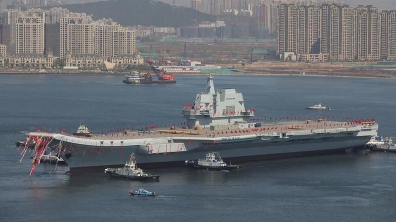 China lässt ersten selbstgebauten Flugzeugträger zu Wasser