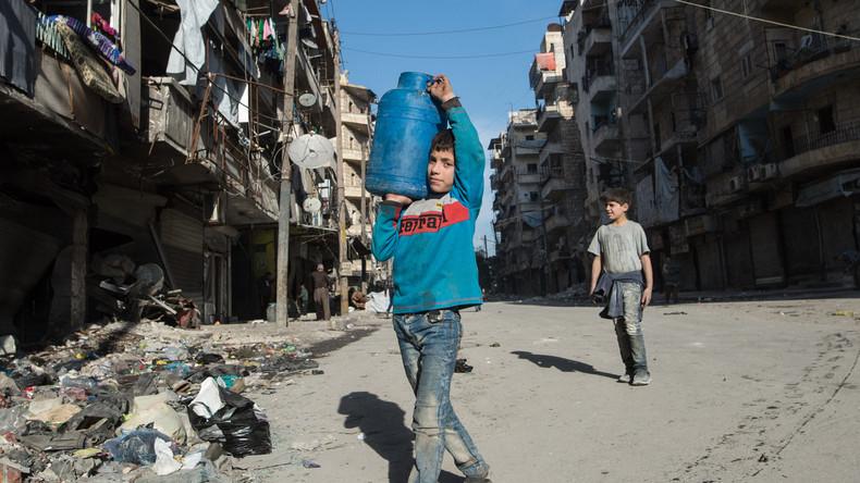 Russische Militärs verteilen in Aleppo sechs Tonnen Flaschenwasser