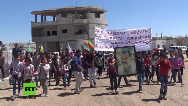 Kurden in Syrien protestieren gegen türkische Luftangriffe.