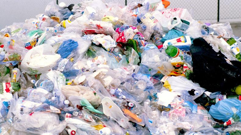 Hoffnung auf Lösung von Umweltproblemen - Raupe Nimmersatt frisst Plastikmüll