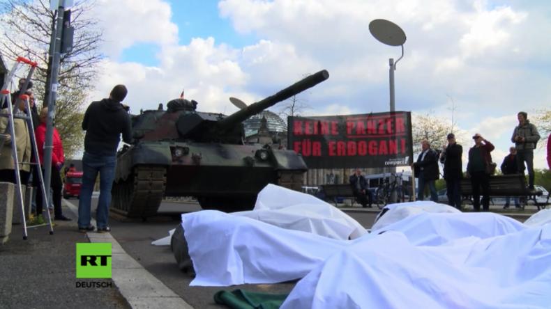 Campact protestiert mit Panzer in Berlin gegen Panzerfabrik für Erdogan durch deutschen Rüstungskonzern Rheinmetall.