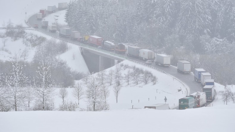 Verkehrschaos und Stromausfall nach Schneefall in Tschechien