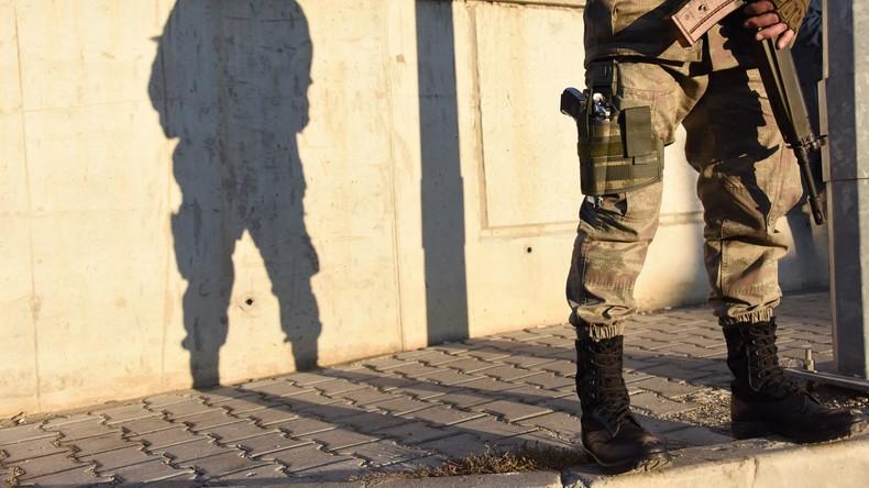 Türkische Behörden suspendieren erneut tausende Beamte