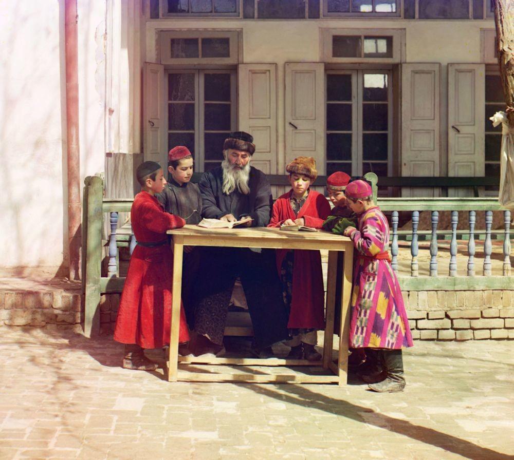Jüdische Kinder mit ihrem Lehrer in Samarkand.