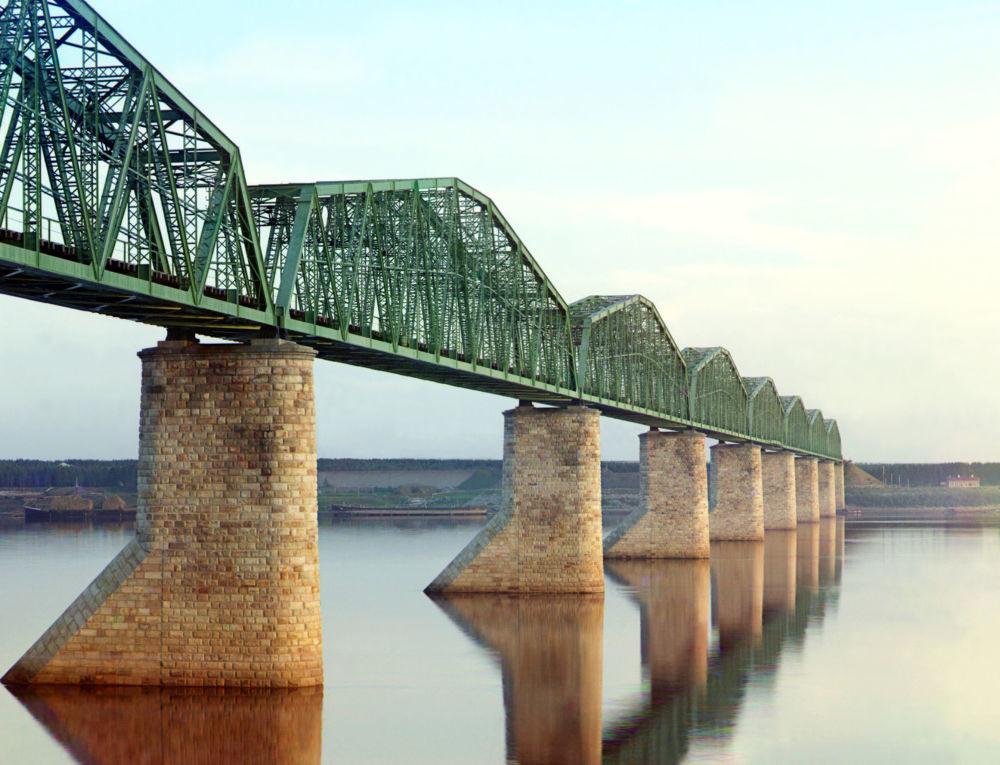 Eine Brücke über den Fluss Kama, Gouvernement Perm.