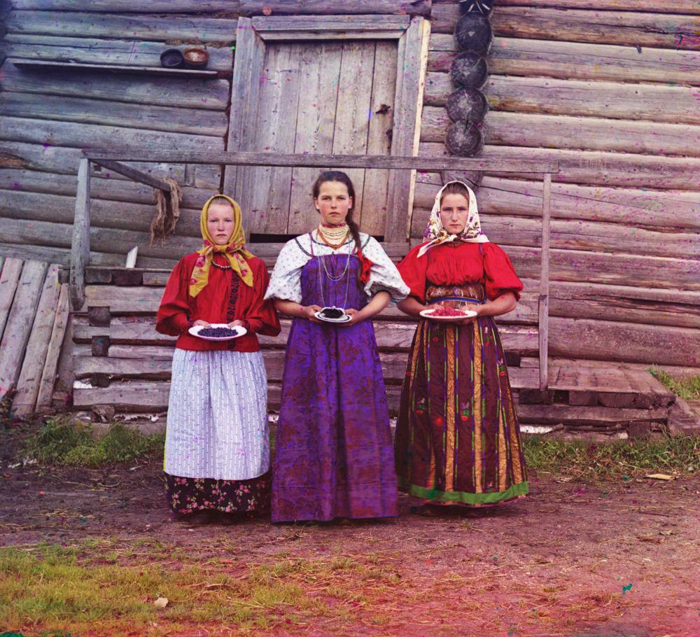 Bauernmädchen mit Beeren, Gouvernement Nowgorod (Provinz).