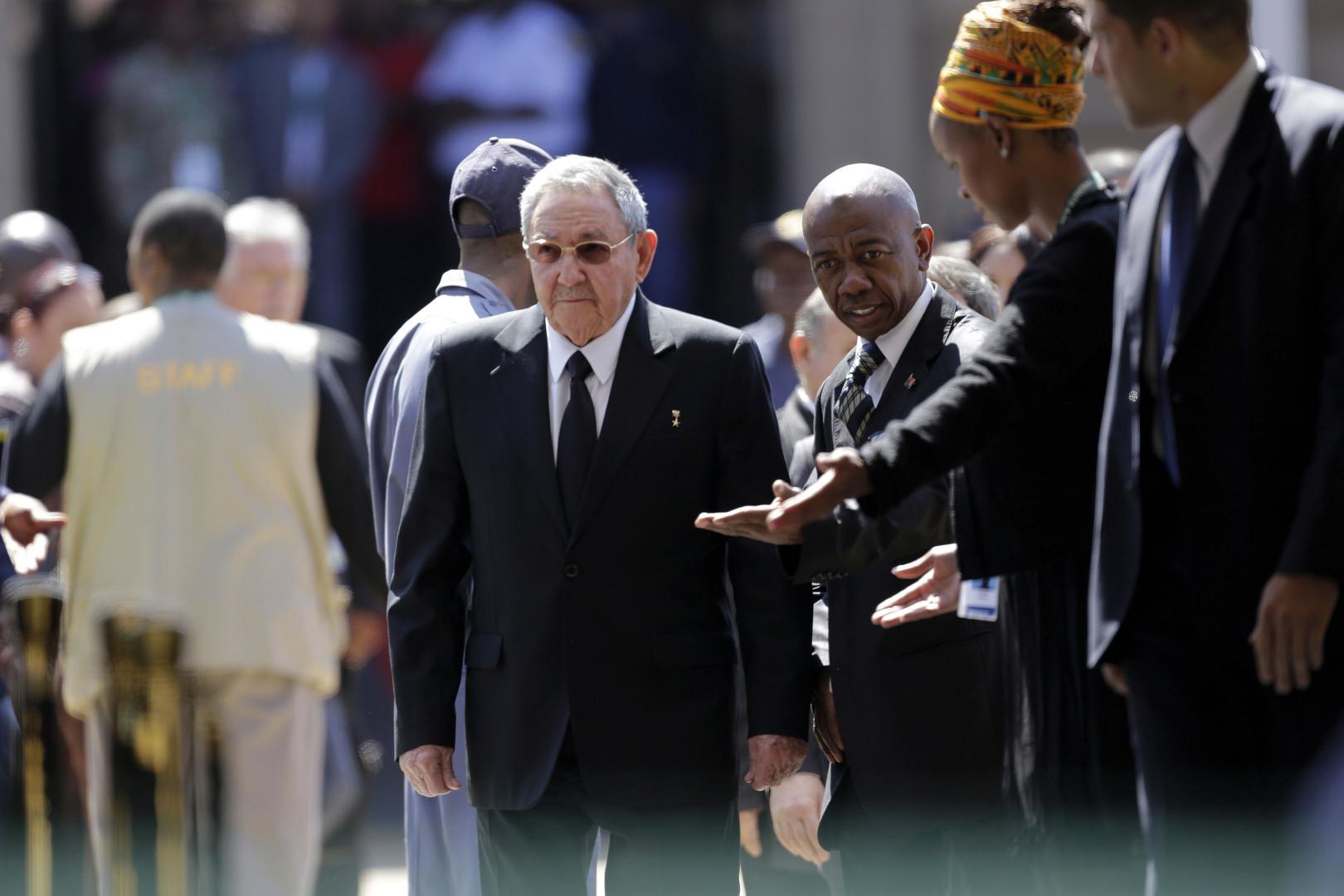 Raúl Castro auf dem Weg zu seiner Ansprache im Rahmen des Staatsbegräbnisses für Nelson Mandela in Pretoria, 12. Dezember 2013