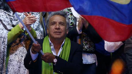 Der Kandidat der Bürgerrevolution Lenin Moreno nach der Bekanntgabe des Wahlergebnisses mit einer ecuadorianischen Flagge, Quito, 2. April 2017.