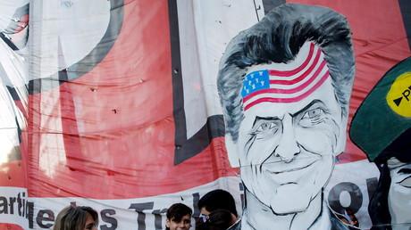 Ein Transparent zeigt den argentinischen Präsidenten Mauricio Macri mit einer US-Flagge auf seiner Stirn während einer Demo am März 2016.