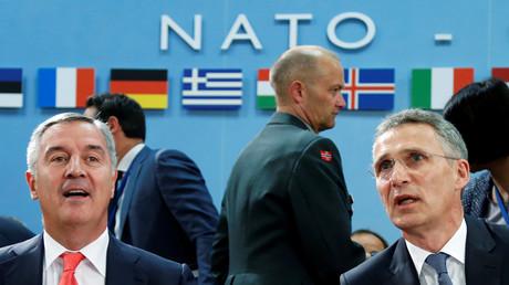 Montenegros Premierminister Milo Djukanovic (l.) und NATO-Generalsekretär Jens Stoltenberg (r) bei einem Treffen im NATO-Hauptquartier in Brüssel, Mai 2016.