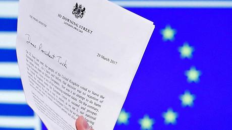 Der Präsident des Europäischen Rats, Donald Tusk, hält die EU-Austrittserklärung Großbritanniens in Händen.