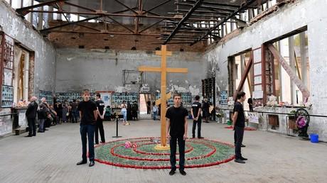 Der blutigste Terrorakt war die Geiselnahme von Beslan. Terroristen brachten über tausend Menschen - Schüler, Eltern und Lehrer - am 1. September 2004, dem Tag des Wissens, in ihre Gewalt. Bei der Erstürmung kamen 334 Menschen um. Hier: Gedenkaktion in der Turnhalle, wo die meisten Menschen starben.