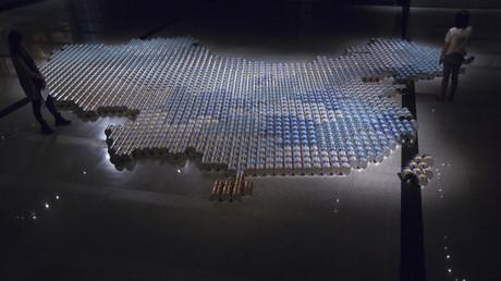 Eine Installation aus Milchnahrung für Säuglinge von Ai Wei Wei - Kunstwerk aus 1.815 Milchpuderdosen; Hongkong, China, 16. Mai 2013.