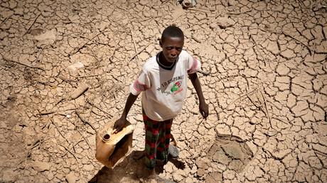 Ein Junge auf der Suche nach Wasser in der Dürre-Region Somalias