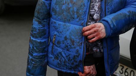 Eine verletzte Person außerhalb der Sennaya Ploshchhad Metrostation; Russland, St. Petersburg, 3. April 2017.