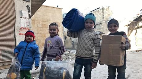 Russische Soldaten befördern syrischen Einwohnern 10,4 Tonnen humanitäre Hilfe