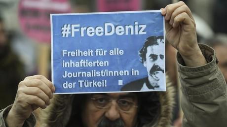 Ein Demonstrant fordert die Freilassung des Journalisten Deniz Yücel
