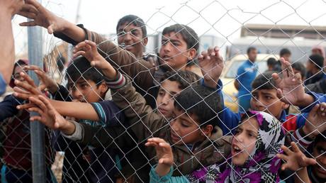Vertriebene Jugendliche der irakischen Stadt Mossul betteln um Wasser