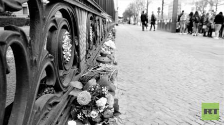 Blumen vor der russischen Botschaft Unter den Linden in Berlin im Gedenken an die Opfer des Terroranschlags in der Sankt Petersburger Metro am Tag nach dem Attentat vom 3. April 2017.