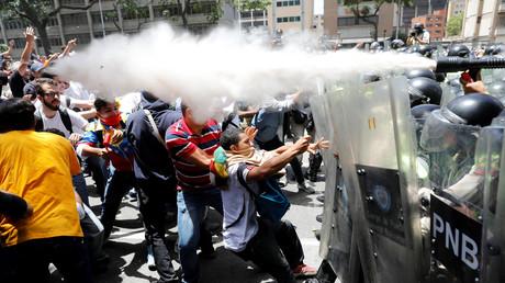 Proteste gegen venezolanischen Präsidenten Nicolas Maduro in Caracas: Polizei setzt Tränengas ein