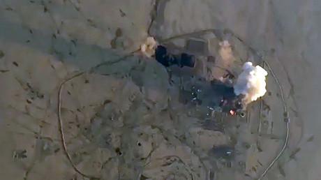 Bereits in Aleppo hatten die islamistischen Terrormilizen Giftgas eingesetzt. Bisherigen Informationen zufolge, die dem russischen Verteidigungsministerium vorliegen, sollen sie auch in Idlib in der Nähe ziviler Siedlungen an C-Waffen für Gleichgesinnte im Irak gearbeitet haben.