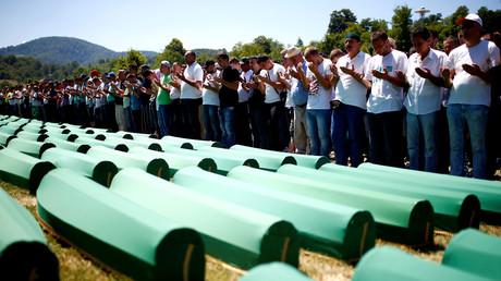 Muslimische Männer beten vor Särgen anlässlich eines Massenbegräbnisses in Potocari nahe Srebrenica; Bosnien und Herzegowina, 11. Juli 2016.
