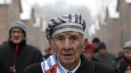 Ein Überlebender von Auschwitz zelebriert den Jahrestag der Befreiung des nationalsozialistischen Vernichtungslagers und gedenkt der Opfer; Polen, 27. Januar 2014.