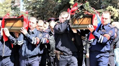Beerdigungszeremonie für zwei getötete Polizisten in Astrachan am 6. April.