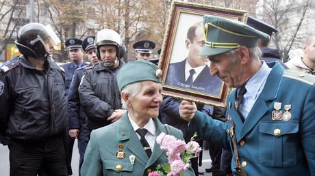 Veteranen der profaschistischen ukrainischen Aufstandsarmee (UPA) im Gespräch unter einem Portrait des UPA-Führers und Nazi-Kollaborateur Stepan Bandera,