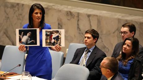 Die US-Botschafterin bei den Vereinten Nationen, Nikki Haley, bei Ihrer Präsentation von syrischen Giftgasopfern vor dem UN-Sicherheitsrat.