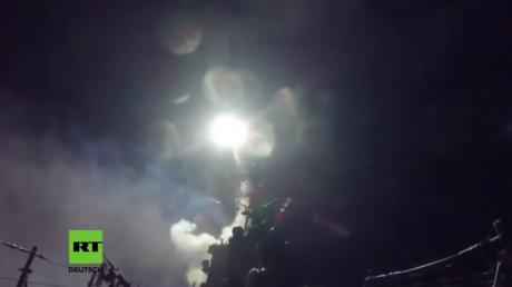 USA beginnen Angriffe gegen syrischen Militärflugplatz.