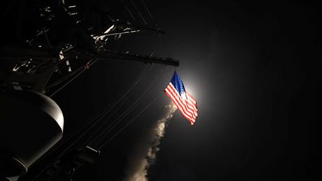 Der US-Zerstörer USS Porter (DDG 78) beim Abschuss von Tomahawk-Raketen auf Stellungen der syrischen Armee.