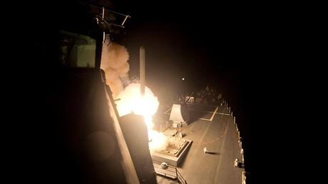 Der US-amerikanische Zerstörer USS Ross schießt eine Tomahawk-Rakete auf Syrien ab.