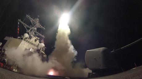 Ein US-Kriegsschiff feuert eine Tomahawk-Rakete ab