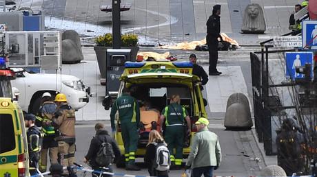 Einsatz von Polizei- und Rettungskräften nach einem LKW-Attentat in Stockholm