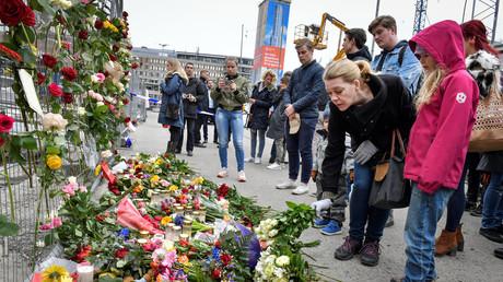 Einen Tag nach dem Anschlag legen viele Menschen Blumen am Tatort nieder.