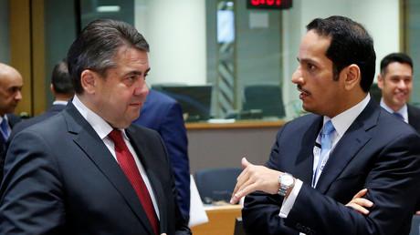 Sigmar Gabriel bespricht sich mit dem Außenminister von Katar, bin Abdulrahman al-Thani, auf einer Konferenz in Brüssel, 5. April 2017.