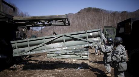 Ein US-Soldat bestückt eine M270A1 (mehrfaches Raketenabschusssystem) mit Raketen, im Rahmen einer Trainingsübung nahe der Demilitarisierungszone