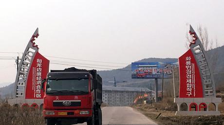 Ein Lkw mit Kohle beladen befährt eine Strasse der