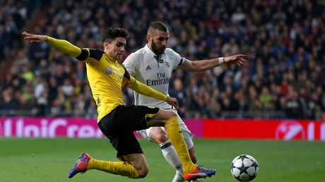 Der Verteidiger Marc Bartra, hier im Duell gegen Karim Benzema von Real Madrid, soll sich bei der Explosion leicht verletzt haben.