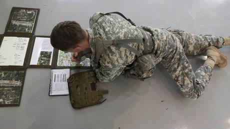 Ein US-Soldat studiert eine Karte; Latvia, 6. September 2016.