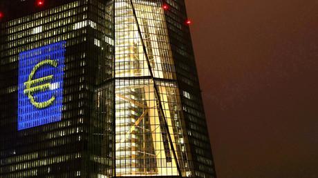 Das Hauptquartier der Europäischen Zentralbank (EZB) in Frankfurt, angestrahlt mit einem großen Euro-Zeichen, Frankfurt, 12. März 2016.
