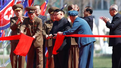 Der nordkoreanische Führer Kim Jong-un schneidet ein Band durch, während einer Eröffnungszeremonie eines neuen Wohnkomplexes; Nordkorea, Pjöngjang, 13. April 2017.