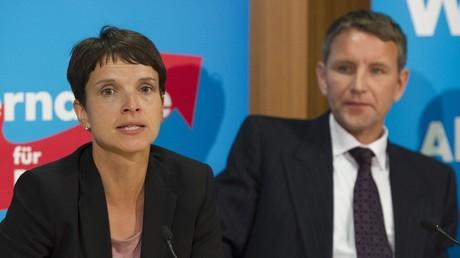 Da schien die Welt noch in Ordnung. Dr. Frauke Petry und Björn Höcke während einer Pressekonferenz in 2014.